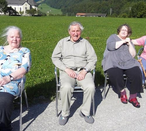 Une course en chaise roulante amuse tout le monde.