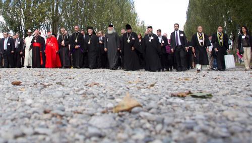 Cerimonia_nel_luogo_memoriale_del_campo_di_concentramento_di_Dachau_48
