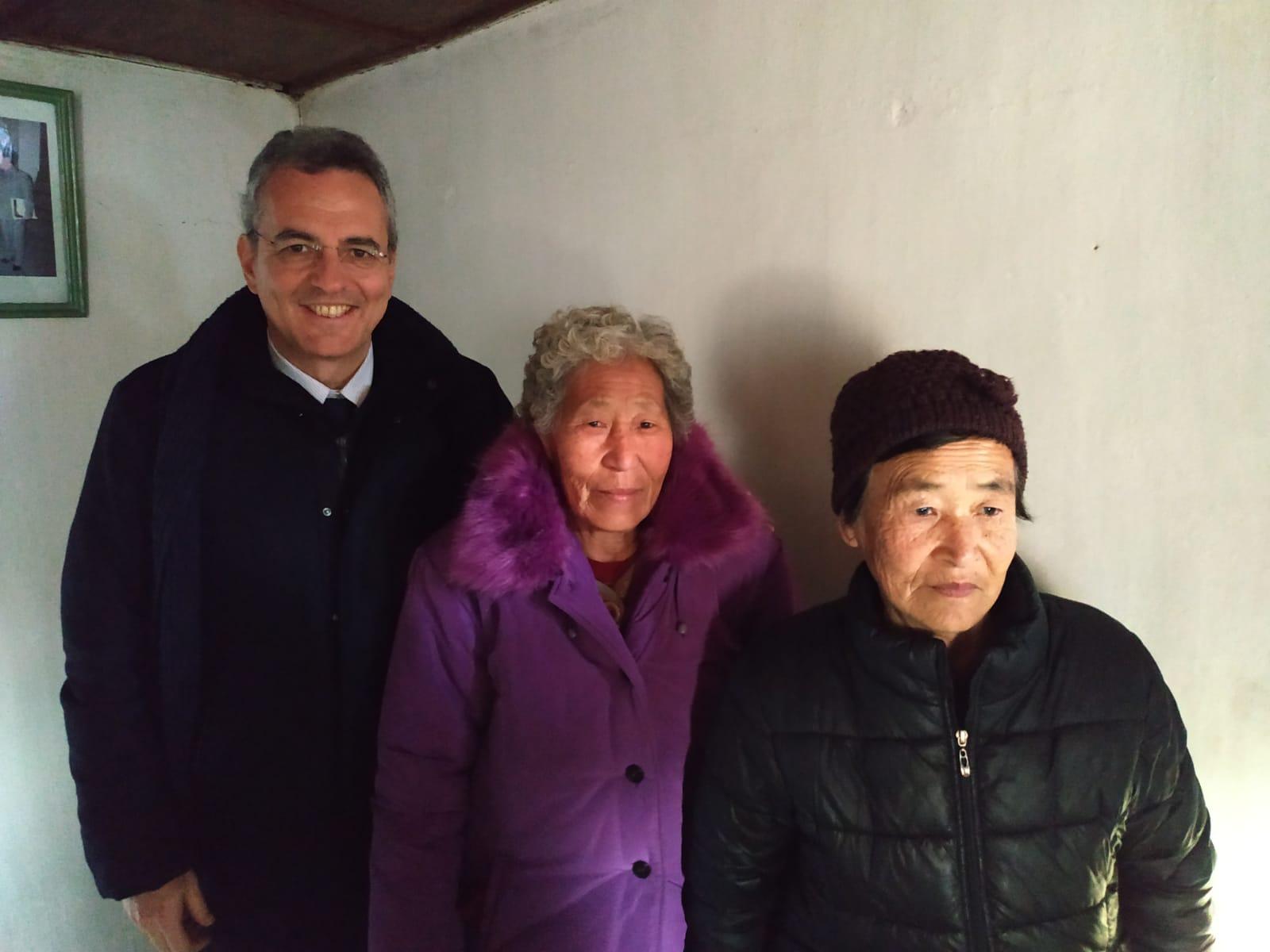 Con gli anziani in istituto nella campagna vicino a Munchon